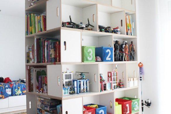 Mit dem BrickBox-Regal können Sie eine Säule einbauen, um einfachen Zugang zu Spielzeug zu erhalten.