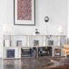 Wohnzimmer mit weißen modularen Regalen mit Platten und Büchern