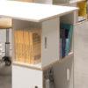 Detail des Beines des weißen Birkenbrettes gebildet durch modulare BrickBox Regale. Weiße Farbe