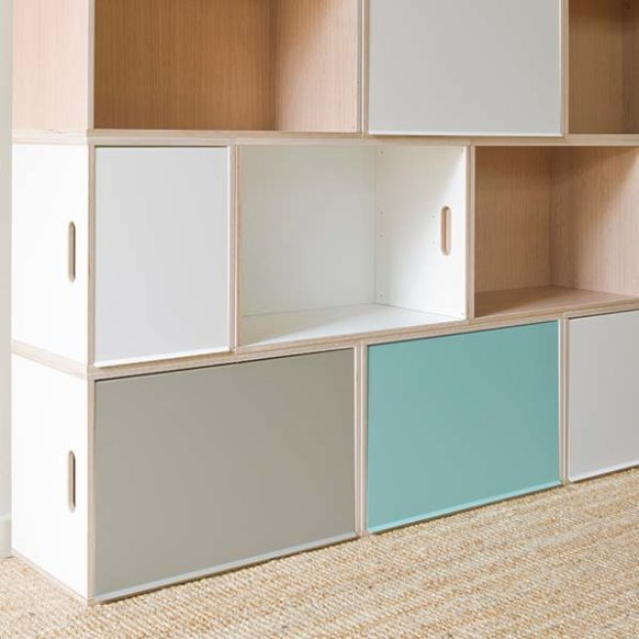 Combination of birch wood boxes, white color, and oak wood boxes to create a modular shelving. Three-color metal doors: green, white and gray.