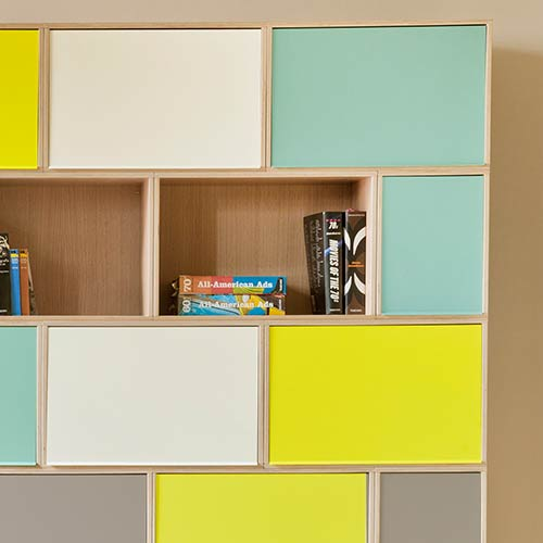 Aluminium doors in four colors for protecting the interior of the modular bookshelf.
