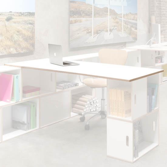 Kleines Brett, ideal für den Schreibtisch. Weiße Farbe, Birkensperrholz