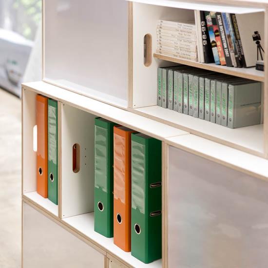 Détail de bibliotheque modulable avec des boîtes en bois XL et des boîtes en bois standard. Bois de bouleau. Couleur blanche