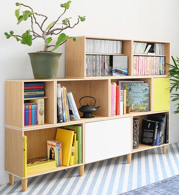 Estanteria modular de madera de roble BrickBox Natural Oak con patas de haya y puertas. Para guardar libros, CDS y películas.
