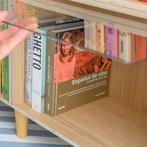Méthode d'ouverture de la porte transparente dans l'étagère en chêne. Avec pieds en hêtre.