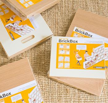 Estanterías modulares BrickBox de color blanco y de roble precintadas en su embalaje original
