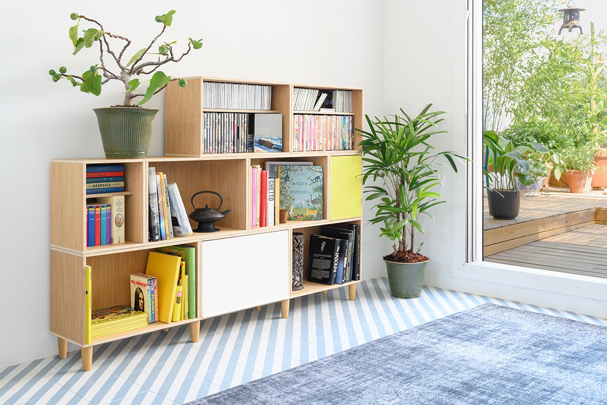Estanterías de roble para almacenar libros, discos y películas con patas de madera de haya y puertas de aluminio