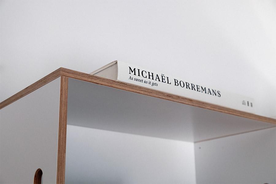 Detalle de la estantería modular BrickBox donde se puede apreciar la veta de la madera, contrachapado de abedul