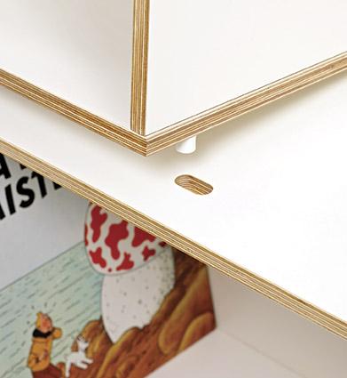 Detalle de los tacos de nylon utilizados para encajar los módulos de la estantería modular de madera