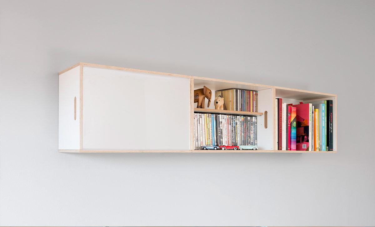 Estantería colgada a la pared para almacenar libros, discos y películas