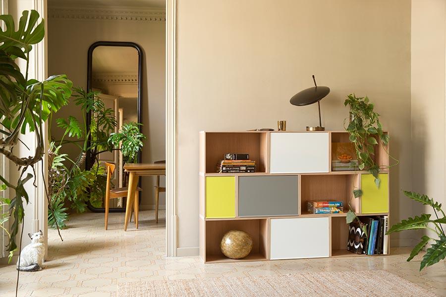 Mueble bajo de roble con puertas de aluminio en tres colores
