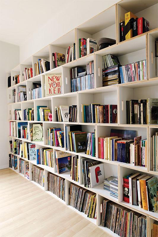 Gran librería modular para almacenar novelas, libros de arte y vinilos