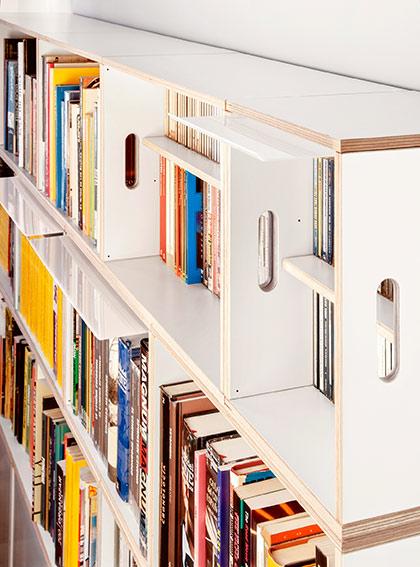 Estanterías modulares con estantes de madera blanca y estantes