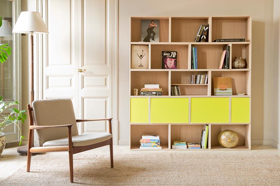 Librería estantería modular de roble con puertas amarilla