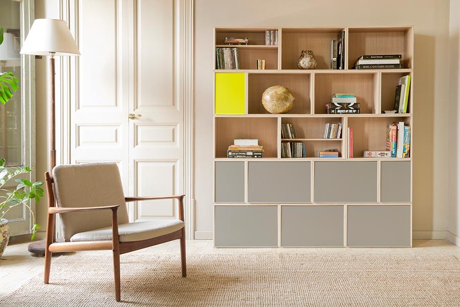 Librería para salón de roble con puertas grises en las dos filas inferiores