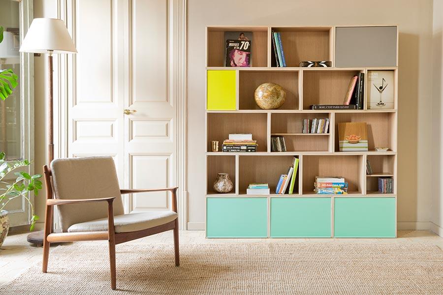 Librería de roble con puertas grises y verdes para salón