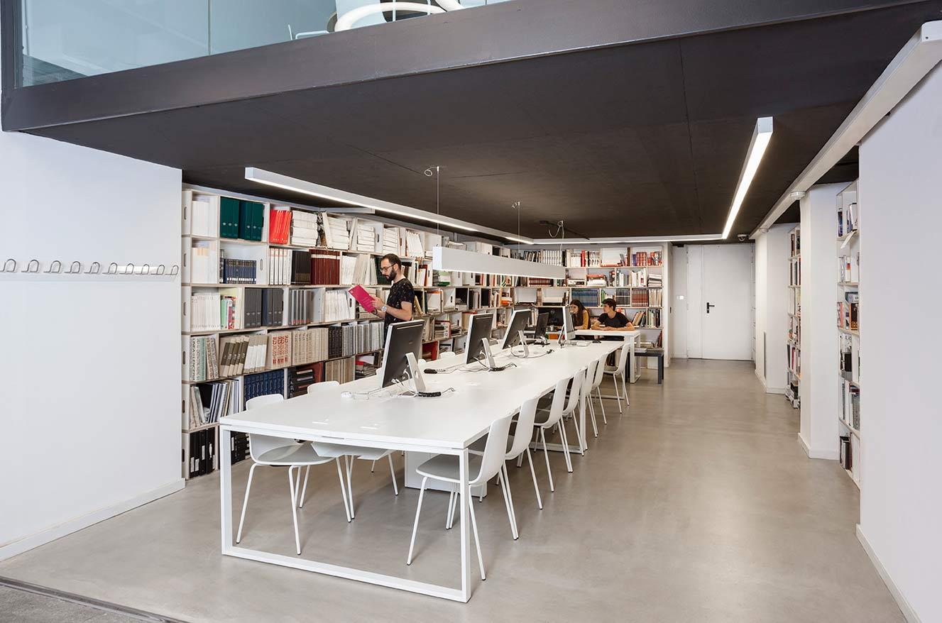 Biblioteca de la universidad de diseño LCI en Barcelona realizada con la estantería modular BrickBox