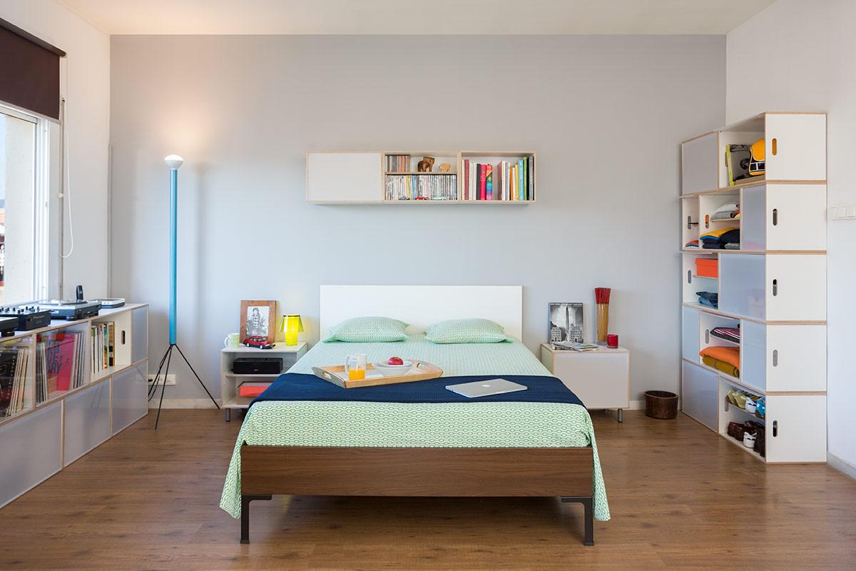 Dormitorio con armario modular BrickBox y estantería para almacenar vinilos