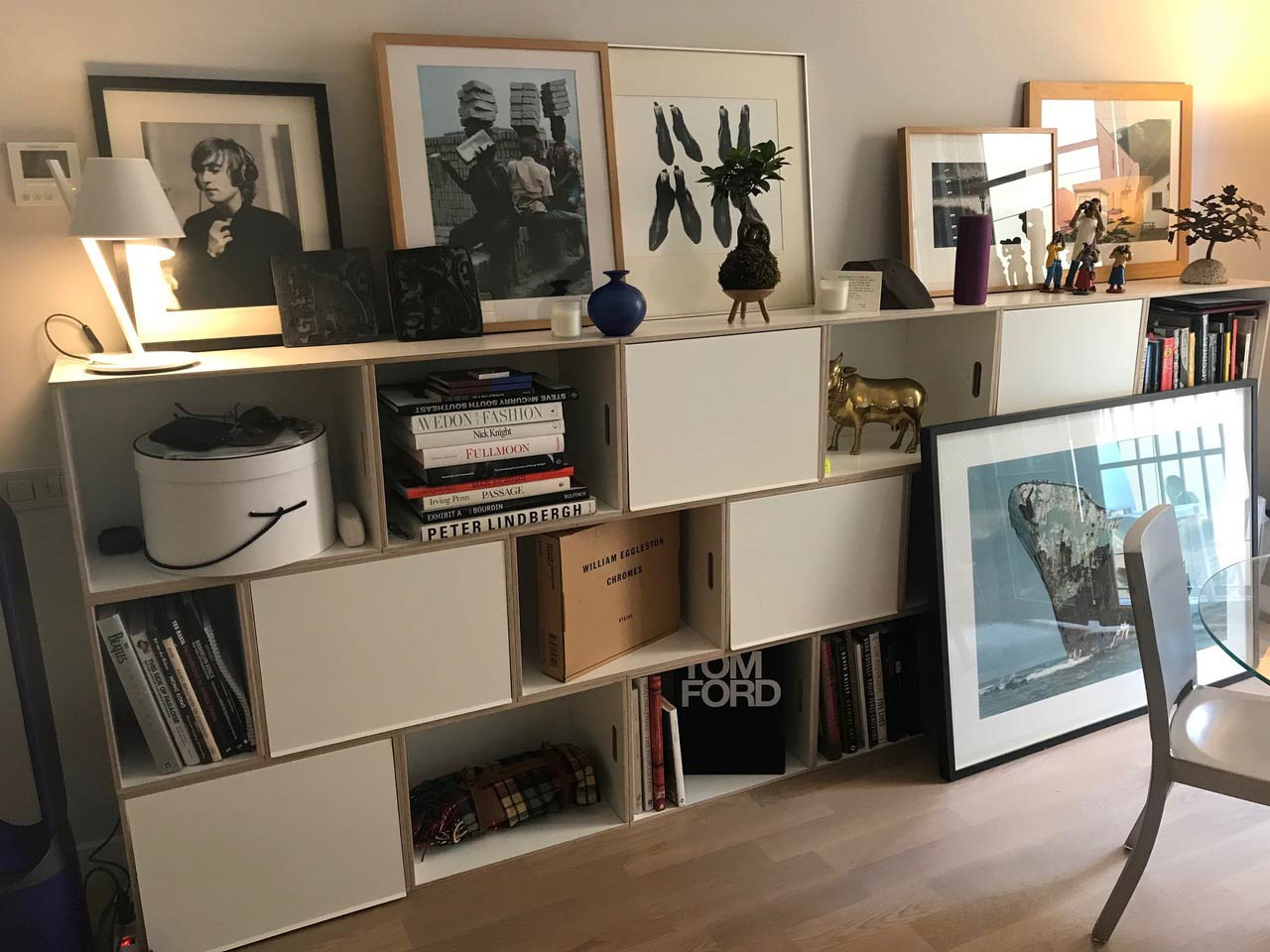 Mueble modular para salón formado por BrickBox XL, estantería de madera para guardar grandes libros.