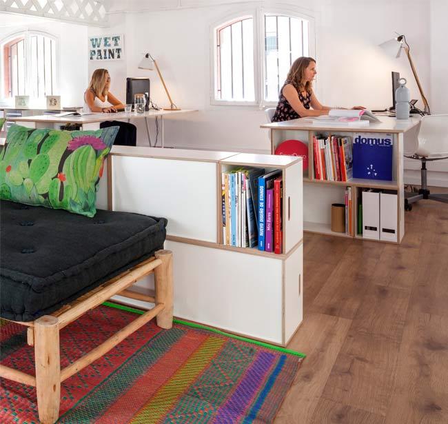 Escritorio con muebles BrickBox a modo de patas
