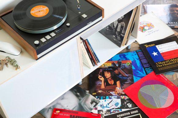 Mueble para tocadiscos y almacenamiento de discos de vinilo. De madera contrachapada de abedul y tapas blancas.
