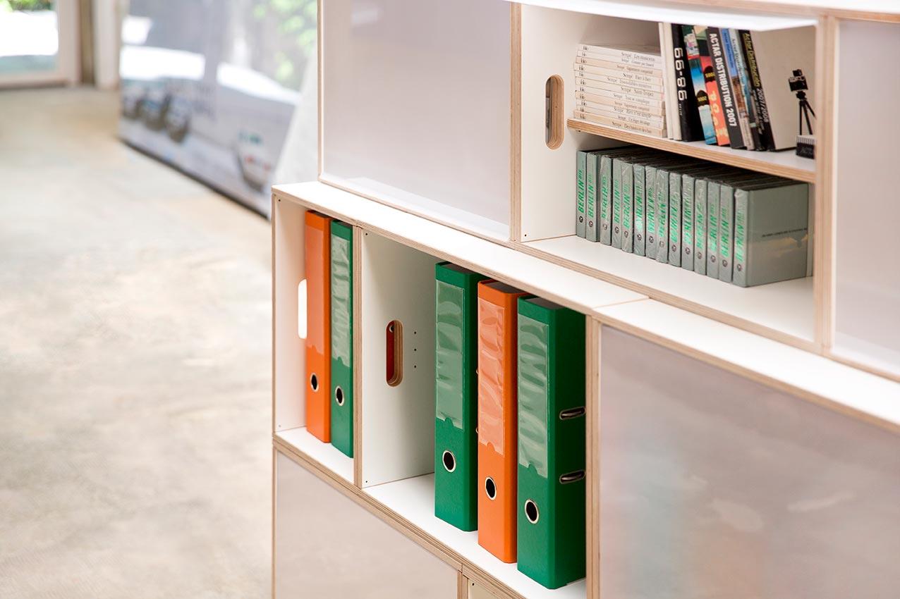 Combinación de módulos Estándar con XL, para guardar archivadores y libros en una misma estantería.