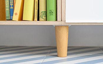 Pata de madera para levantar del zócalo a la estantería modular en roble