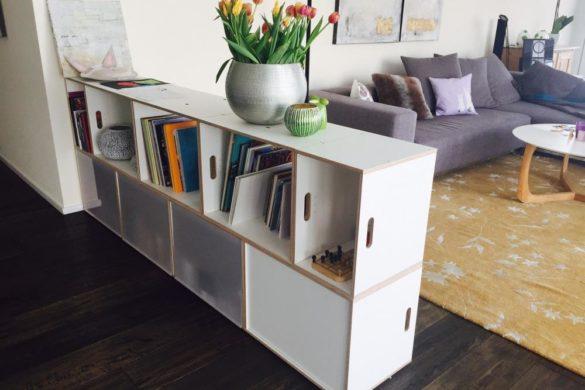 Dividir espacios con la estanteria BrickBox. En esta foto se divide el salón de la cocina.