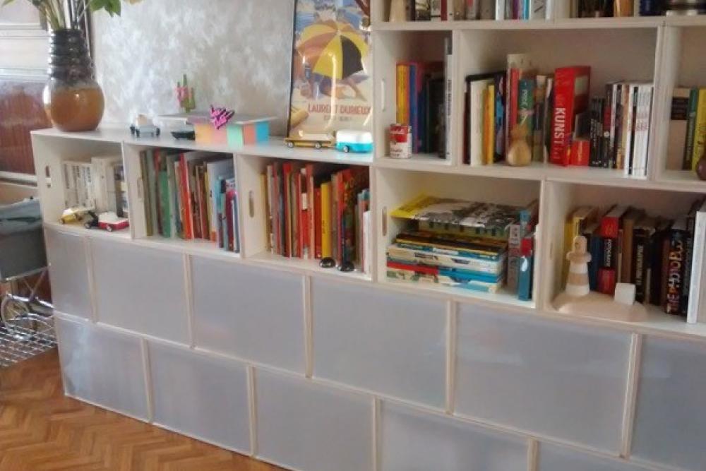 Estantería librería modular de altura variable con puertas. Librería a dos alturas.