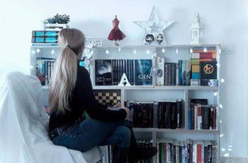 Estanteria de ensueño con libros y novelas de ficción y fantásticas.