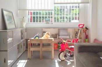 Estanteria modular BrickBox en bonita habitación infantil. Para guardar toda clase de juguetes y ropa de cama.