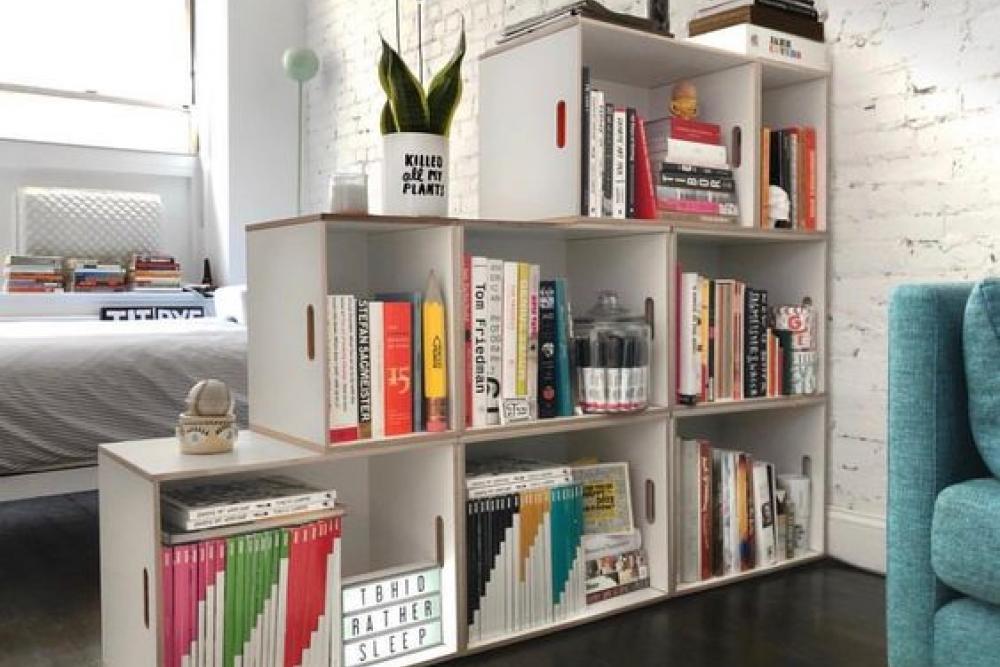 Abajo las paredes con las estanterias modulares BrickBox como separador de espacios