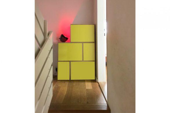 Estanteria modular entre salón y escalera
