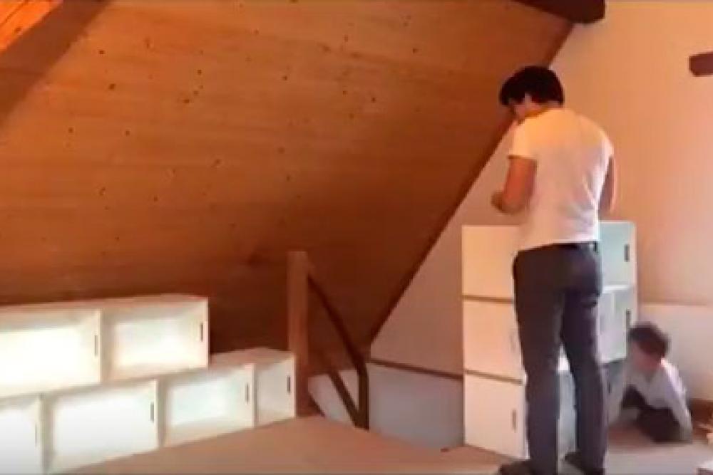 Niños montando la estanteria modular BrickBox