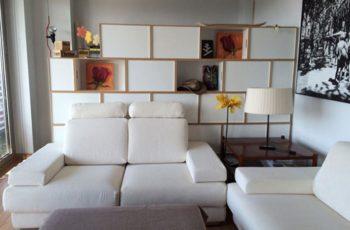 Una estructura formada por módulos BrickBox que sirve para dividir ambientes en salón y zona de trabajo.