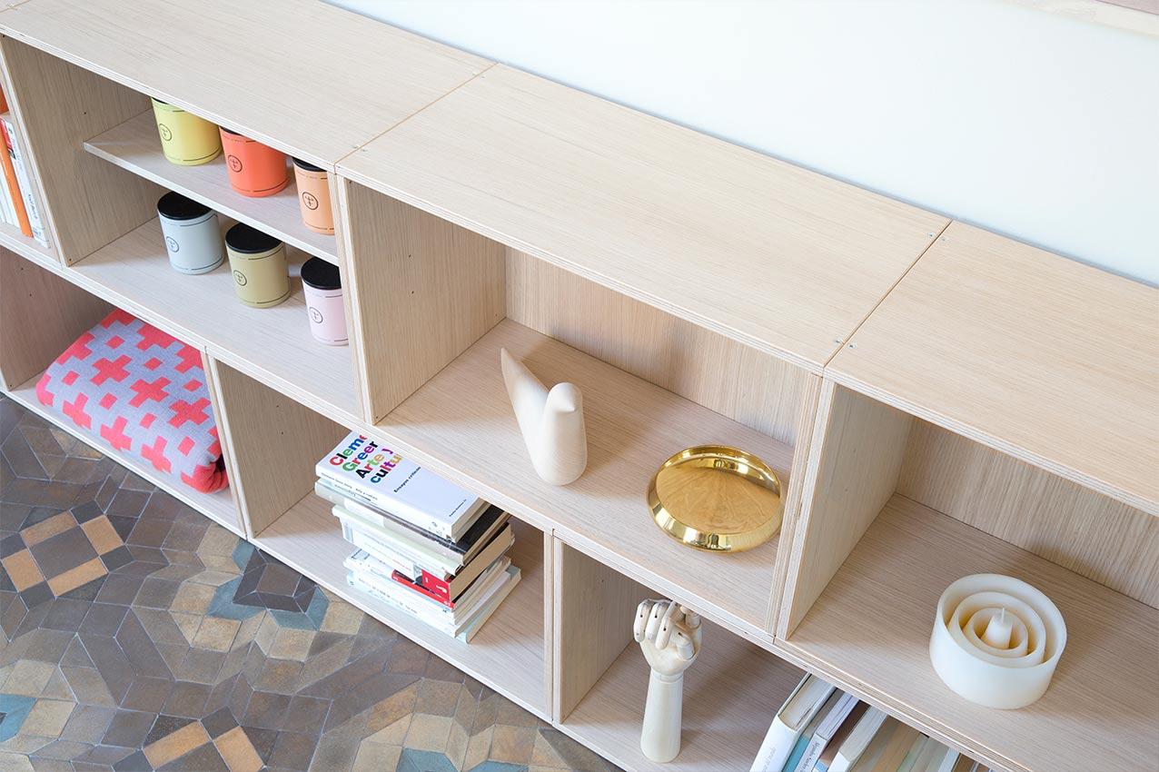 Detalle de estantería formada por módulos de madera de roble