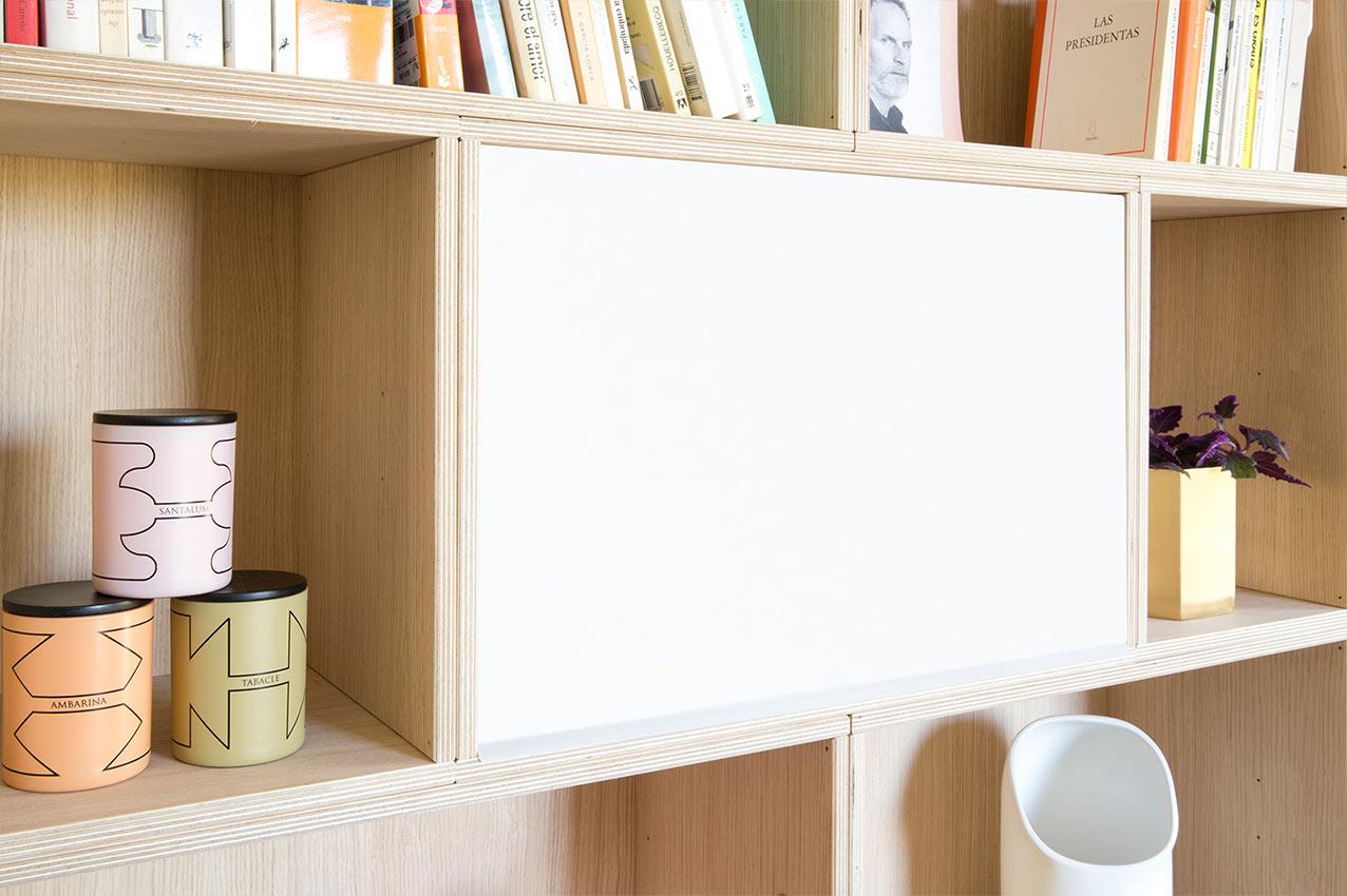Estanteria con tapa de metal blanca para cubrir el contenido del estante.